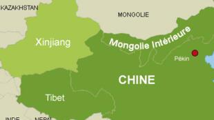 存档图片:Image d'archive: Xinjiang, l'une des cinq régions autonomes de Chine, les douaniers installent une application de surveillance dans les smartphones des touristes.