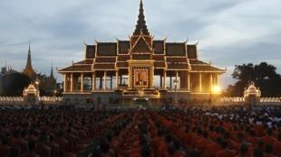 Des moines boudhistes cambodgiens rassemblés sur la place du Palais royal pour rendre hommage à l'ancien souverain décédé le 15 octobre 2012 à 89 ans.