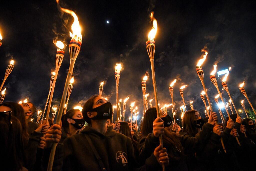 Plusieurs milliers d'Arméniens ont pris part à une procession aux flambeaux à Erevan, le 23 avril 2021, pour commémorer le 106e anniversaire du génocide de leur peuple.