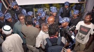 圖為馬爾代夫警方2018年2月2日闖入反對黨機構禁止慶賀最高法院判決。