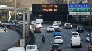 Os automobilistas de Paris reduziram a velocidade nesta quinta-feira (9) devido aos altos índices de poluição em Paris.