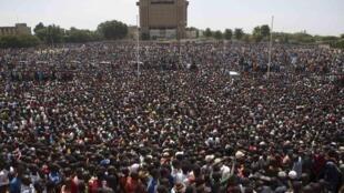 Des milliers de Burkinabè sur la place de la Nation à Ouagadougou, le 31 octobre 2014.