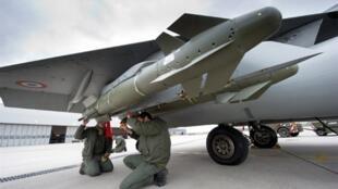 Des militaires français vérifient un missile d'un avion Rafale en partance pour la Libye, le 19 mars 2011.