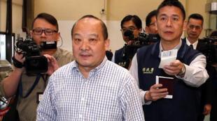 旅美大陆地区武统学者李毅(中)2019年4月12日清晨遭台湾强制出境,他表示不知道要参与游行事情。
