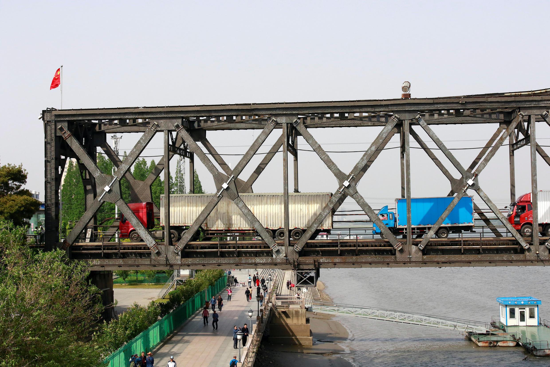 Các xe tải đợi kiểm tra hàng tại cầu Hữu Nghị trên sống Áp Lục, nối Sinuiju của Bắc Triều Tiên với Đan Đông của Trung Quốc. Ảnh chụp ngày 24/05/2018.