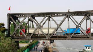Các xe tải đợi kiểm tra hàng tại cầu Hữu Nghị trên sông Áp Lục, nối Sinuiju của Bắc Triều Tiên với Đan Đông của Trung Quốc. Ảnh chụp ngày 24/05/2018.