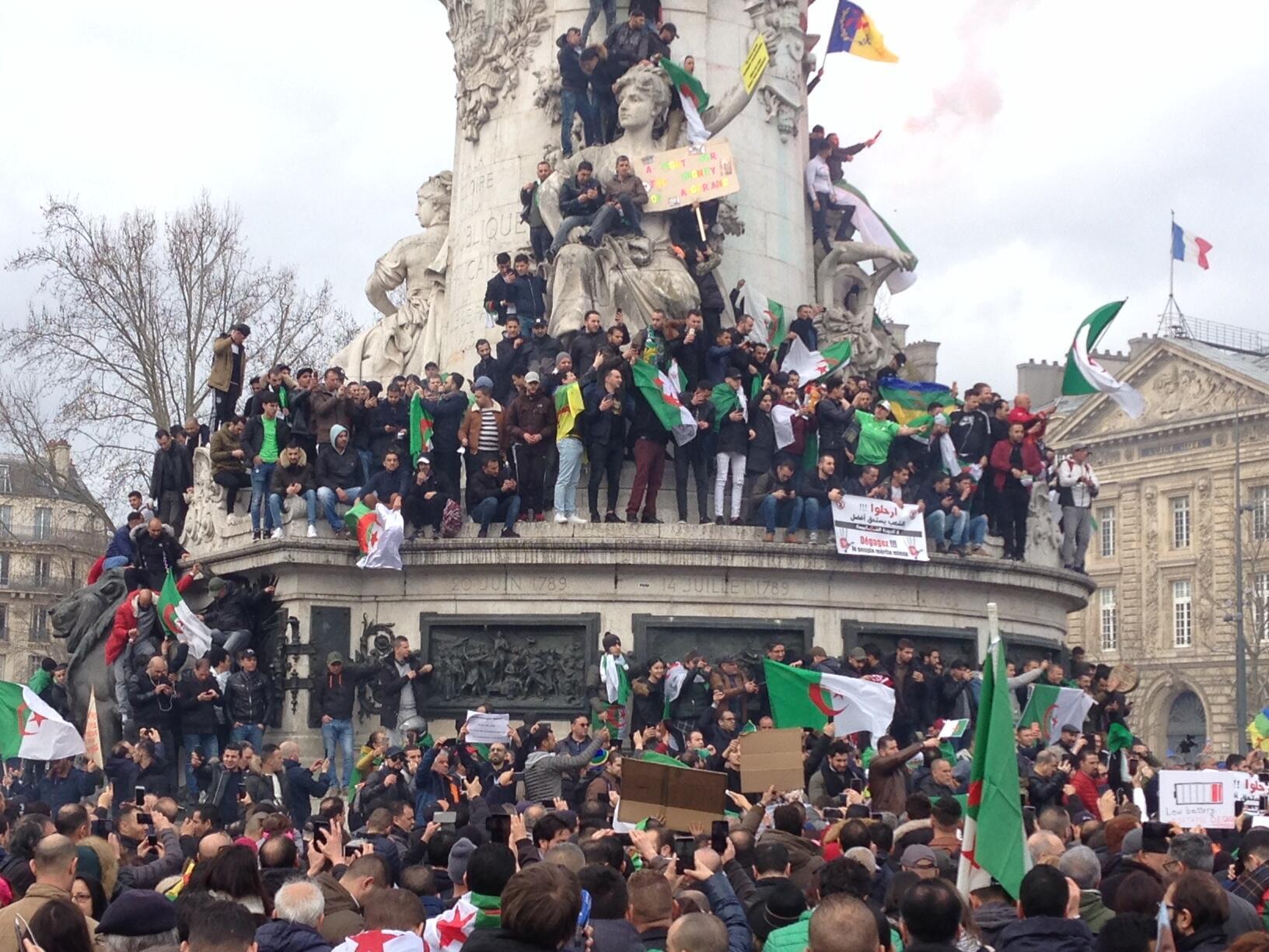 Los manifestantes rechazan la posibilidad de un quinto mandato de Buteflika en la Plaza de la República, París, este 3 de marzo de 2019.