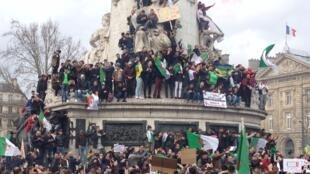 La diaspora algérienne s'est rassemblée en masse sur la place de la République à Paris pour protester contre un 5e mandat de Bouteflika, le 3 mars 2019.