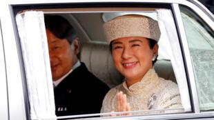 O Príncipe Herdeiro do Japão, Naruhito (esquerda) e a princesa Masako, chegam ao Palácio Imperial, em Tóquio, onde o Imperador Akihito abdicou. 30 de abril de 2019.