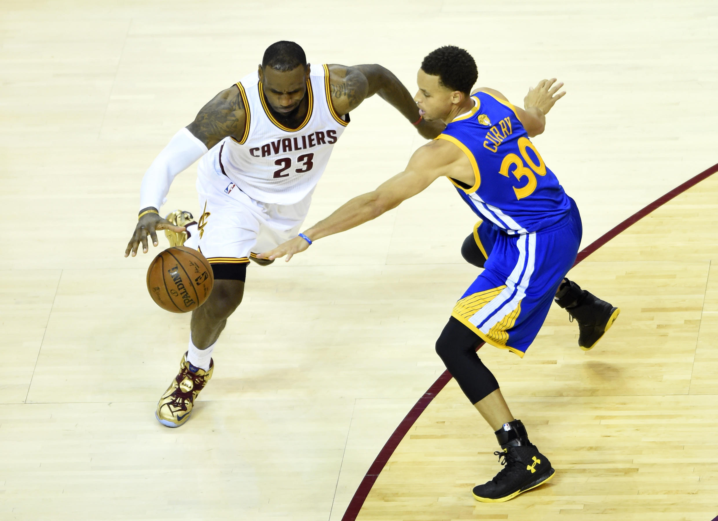 LeBron James (à gauche) face à Stephen Curry, lors du match n°6 des finales NBA 2015.
