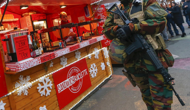 Soldado protege feira de Natal na Bélgica.