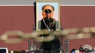 Chân dung của ông Mao Trạch Đông trên quảng trường Thiên An Môn - Reuters