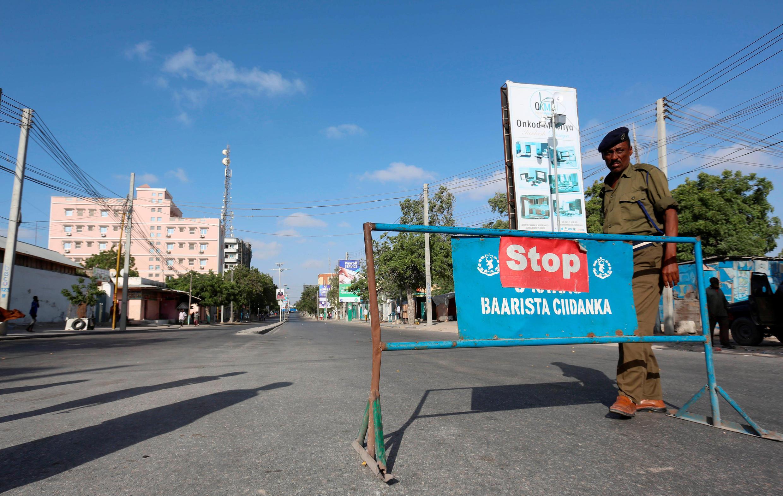 Un policier somalien monte la garde à Mogadiscio en février 2017. (Photo d'illustration)
