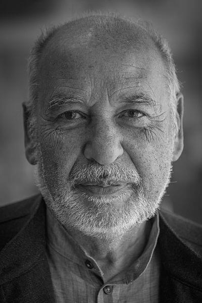 Ecrivain et poète marocain,Tahar Ben Jelloun est né à Fès en 1944. Il a obtenu le prix Goncourt en 1987 pour son roman « La Nuit sacrée».