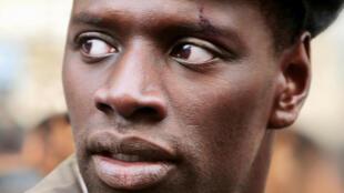 Французский актер Омар Си написал открытое письмо и запустил петицию с призывом бороться против полицейского насилия.