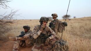 Des soldats de Barkhane, dans la région de Ménaka, dans le cadre de l'opération Garikou.