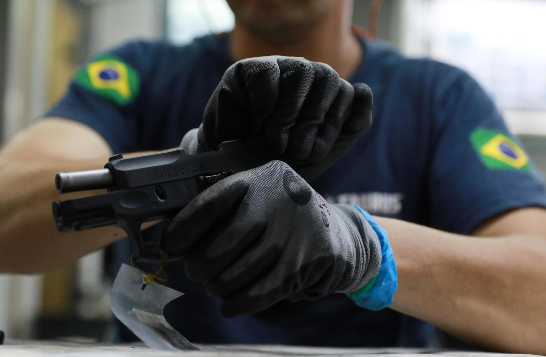 Funcionário da empresa Taurus, em São Leopoldo, Brasil.