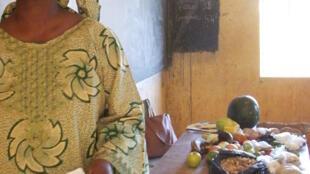 Mme Niaré, professeur de lettres au collège de Sévaré, commence son cours hebdomadaire d'économie familiale, consacré ce jour-là à la ration alimentaire.