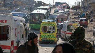 Des bus et des ambulances attendent alors qu'ils évacuent des habitants d'un secteur rebelle d'Alep-Est, le 15 décembre 2016.