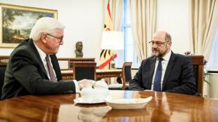 Tổng thống Đức Frank-Walter Steinmeier (T) thảo luận với chủ tịch Đảng Xã Hội Dân Chủ SPD Martin Schulz, tại Berlin, ngày 23/2017.