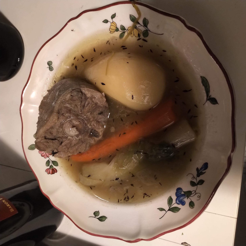 Mi sopa de cola de toro. Se ve un poco pálido el caldo, pero quedó rico. ¡Olé!