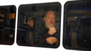 Julian Assange quitte l'ambassade d'Équateur à Londres après son arrestation, le 11 avril 2019.
