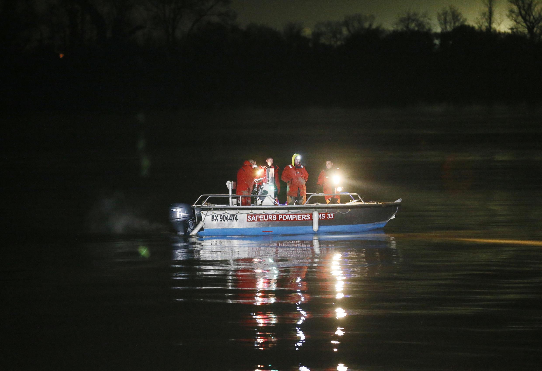 Поисковая операция на месте крушения вертолета китайского миллиардера на реке Дордонь