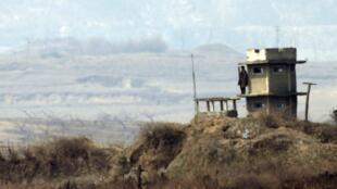 Soldado norte-coreano vigia a fronteira entre as duas Coreias, nesta quinta-feira  4 de abril de 2013.