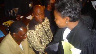 Le colonel Marcel Ntsourou (G), dans le box des accusés, lors du procès du Beach de Brazzaville en 2005.