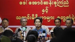 Ảnh bà Aung San Suu Kyi và một số lãnh đạo Liên Đoàn Quốc gia vì Dân chủ họp báo tại trụ sở  Liên Đoàn ngày 05/11/2014.