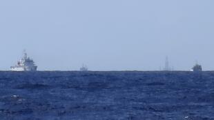Tàu Trung Quốc bảo vệ giàn khoan HD981 được kéo vào vùng đặc quyền kinh tế Việt Nam. Ảnh  ngày 15/07/2014