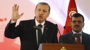 Premiê turco, Recep Tayyip Erdogan, falou à imprensa ao lado do tunisiano Ali Larayedh, em Túnis, antes de retornar à Turquia.