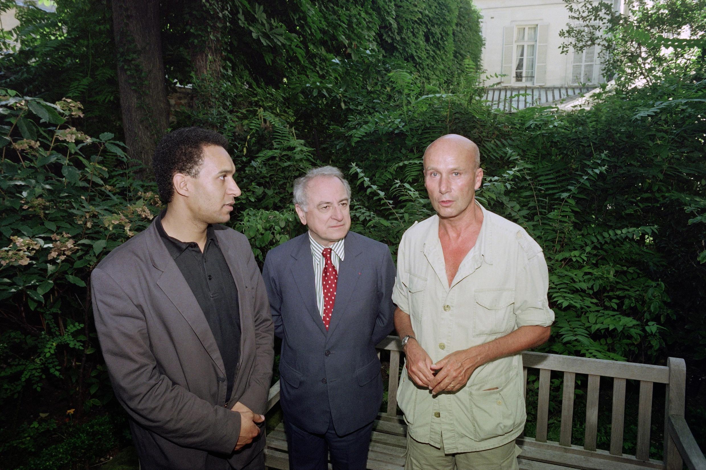 Габриэль Мацнев (справа) с представителем ОБСЕ по вопросам свободы СМИ Арлемом Дезиром (слева) и Пьером Берже (в центре) в июле 1990 года.