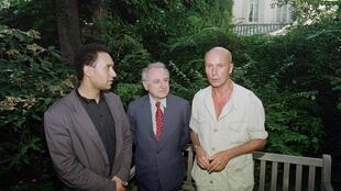 Gabriel Matzneff (à dr.) avec Harlem Désir et Pierre Bergé, en juillet 1990.