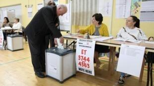 Un électeur glisse son bulletin dans l'urne à l'occasion des élections européennes en Irlande, à Dublin, le 24 mai 2019 (photo d'illustration).