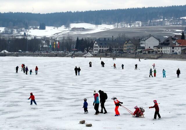 Lago congelado da cidade suíça de Le Pont se transforma em pista de patinação com a espessa camada de neve.