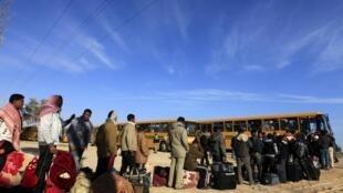 En la frontera, los refugiados buscan medios de transporte, 28 de febrero de 2011.