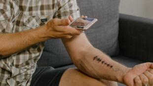 Para escuchar un tatuaje con sonido, hace falta colocar el smartphone encima de la onda de sonido plasmada en la piel, y en unos segundos la aplicación lo lee.