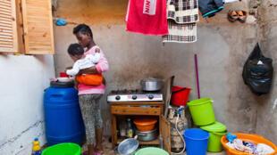 Cette jeune femme vit dans un bidonville, sans eau courante, et paye un loyer mensuel d'environ 150dollars.