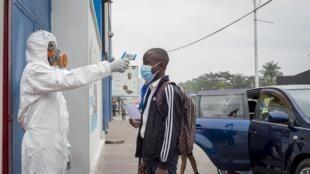 Kinshasa, le 10 août 2020. Un élève se fait prendre la température, à l'entrée de l'école. (Image d'illustration)