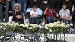 Белые розы, символизирующие жертв теракта в Ницце, 15 октября 2016 г.