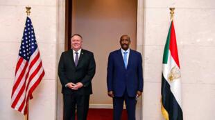Mike Pompeo, le secrétaire d'État américain, et le général Abdel Fattah al-Burhan, chef du Conseil militaire de transition au Soudan. Le 25 aout 2020.