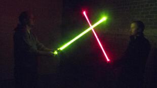 Estas espadas de luz son réplicas de policabornato iluminadas con LED.