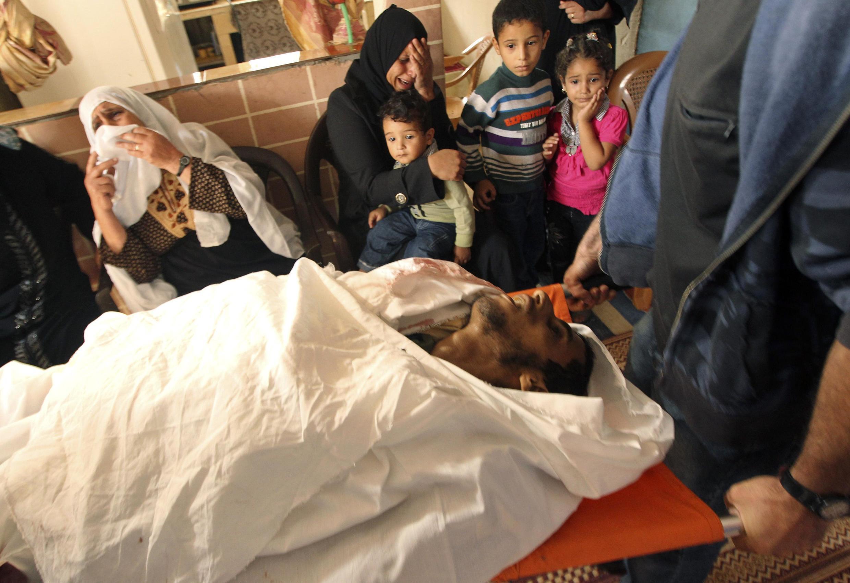 Soldados israelenses mataram a tiros um palestino doente mental que se aproximara da cerca de separação entre a Faixa de Gaza e Israel.