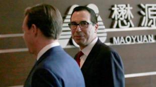 Bộ trưởng Tài Chính Mỹ Steven Mnuchin (P) tại một khách sạn ở Bắc Kinh, Trung Quốc, ngày 03/05/2018.
