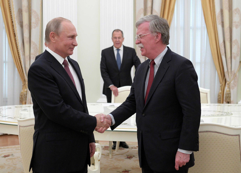 Tổng thống Nga Vladimir Putin (T) tiếp cố vấn An ninh quốc gia Mỹ John Bolton, tại Matxcơva, ngày 27/06/2018
