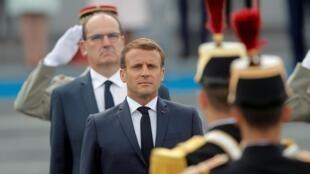 Emmanuel Macron passe les troupes en revue avant le début du défilé militaire le 14 juillet 2020