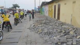 Quartier Fidjrossé à Cotonou, le 10 janvier 2017. Dans ce quartier, beaucoup d'occupants des espaces publics ont cassé eux-mêmes les installations illégales. Sur ce trottoir, il y avait une vendeuse d'essence frelatée qui est partie.