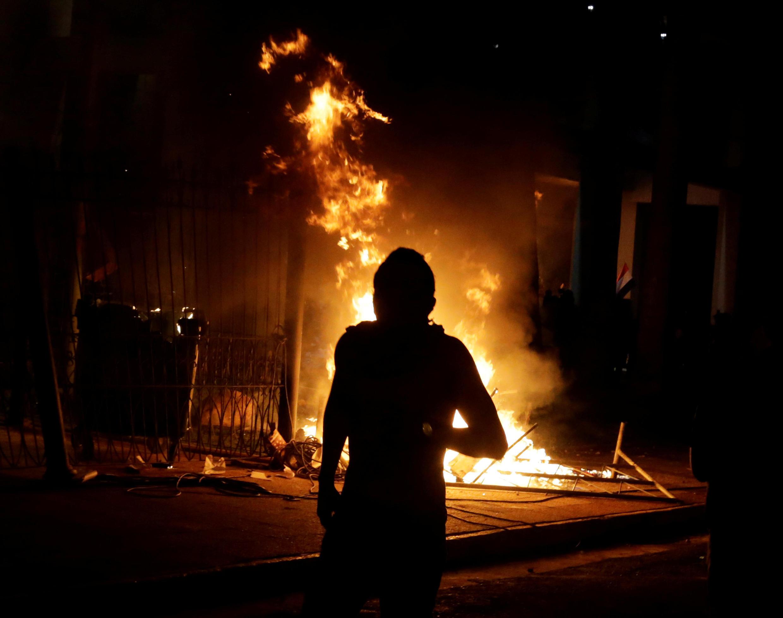 Les manifestants ont déclenché des incendies dans le bâtiment du Sénat, à Asuncion, le 31 mars 2017.