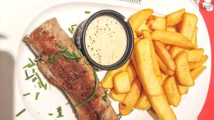 Khoai tây chiên (frites/french fries) ăn kèm với andouillette